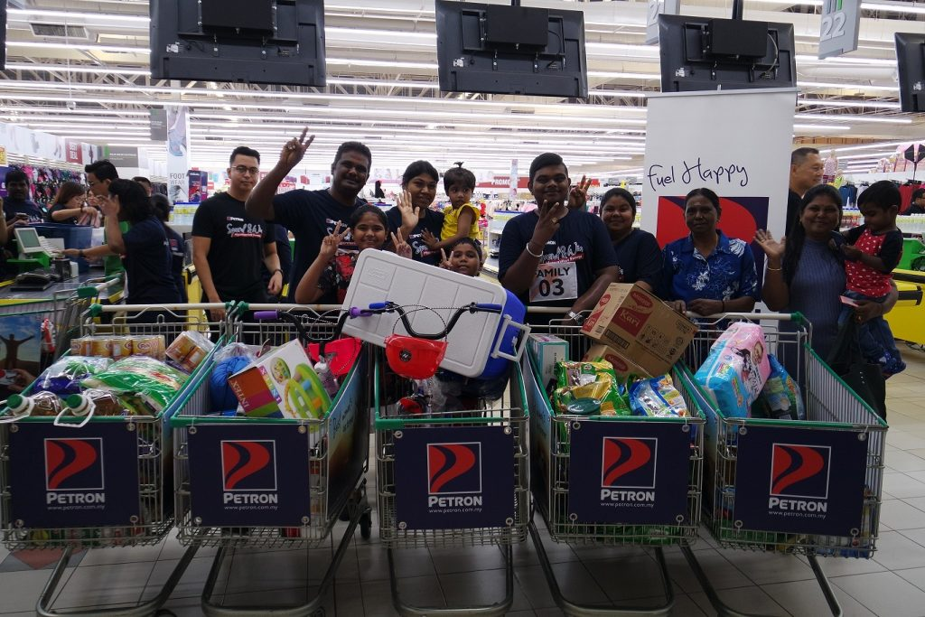 Petron Hypermarket Sweep in Giant Plentong Brings Delight to 20 Families