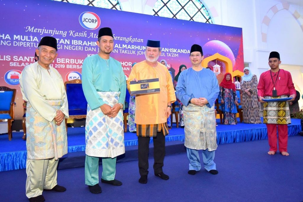 JCorp Hands Over RM6Mil Worth of Zakat to Sultan of Johor
