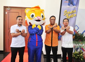Youth and Sports Minister, Datuk Seri Reezal Merican Naina Merican (second from right), along with Chairman of the Johor Tourism, Youth and Sports Committee, Datuk Onn Hafiz Ghazi (most left), Johor State Finance Officer, Dato' Haji Abdul Rahim Nin posing with the official mascot for SUKMA XX Johor 2020, Jimi