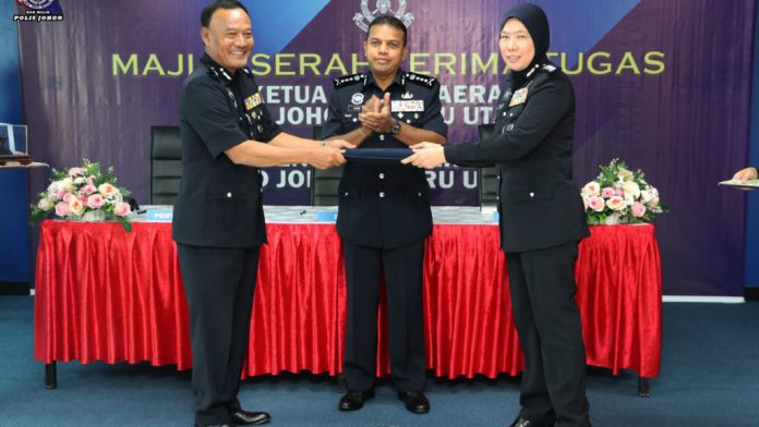ACP Mohd Taib (Left) and ACP Rupeah Abd Wahid (right) during the handing over ceremony witnessed by Johor police chief, Datuk Ayob Khan Mydin Pitchay at Johor Bahru North district police headquarter (image courtesy of PDRM)