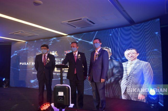 (From left to right) Datuk Mohd Izhar, Menteri Besar Johor Datuk Ir. Haji Hasni, and Datuk Tee officiating the ceremony with a robot